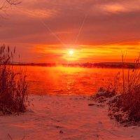 В бездонном небе луч последний  пространство блеском озарил. :: Виктор Малород