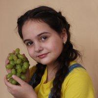 Портрет девушки с виноградом :: Наталья Преснякова