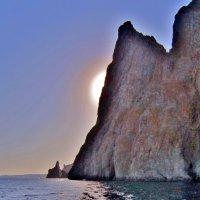 Силуэты  Карадага на фоне закатного солнца, выглядывающего из-за скал :: Елена (ЛенаРа)