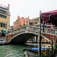 Каменный мост...здесь всегда поток к центру Венеции... :: ВЛАДИМИР К.