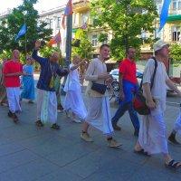 Кришнаиты на проспекте Гедимина. :: Светлана Хращевская