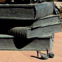 Скульптура студентки (фрагмент) при входе в Курскую СХА им. И.И. Иванова :: Надежд@ Шавенкова