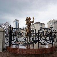 Скульптура на набережной :: Ольга