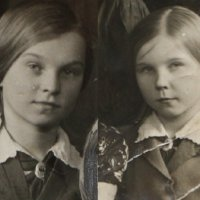 Дети войны. Моя мама (справа) и её сестра :: Надежд@ Шавенкова