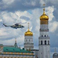 Москва. Вертолет над Кремлем :: Михаил Танин