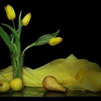 Желтые тюльпаны с грушей и яблоками :: Нэля Лысенко