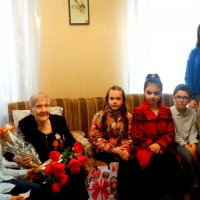 Дети поздравляют ветерана ВОВ с праздником Победы... :: Тамара (st.tamara)