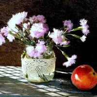 Цветы и персик ..с солнечным зайчиком :: TAMARA КАДАНОВА