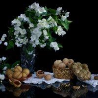 Натюрморт с жасмином и орехами :: Нэля Лысенко