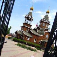 У храма в поминальную троицкую субботу. :: Мила Бовкун