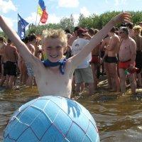 Летом дети летают там, где взрослые плавают... :: Alex Aro Aro Алексей Арошенко