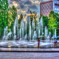 Есть еще радость на этой планете, если в фонтане купаются дети! :: Виктор Малород
