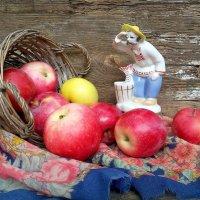 Знаете ,где прячется лето до следующего года?...В спелых яблоках... :: TAMARA КАДАНОВА