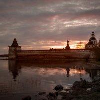 Кирило-Белозерский монастырь в закатном солнце :: Алексей Шехин