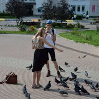 Девушка и голуби. :: Геннадий Пынькин