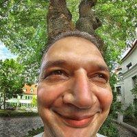 Мужичок под деревом... :: АндрЭо ПапандрЭо