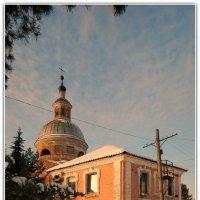 Старый дом на фоне церкви :: Павел Галактионов