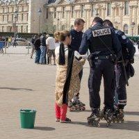 Лувр - внутренний двор, роликовая полиция :: Александр Беляков