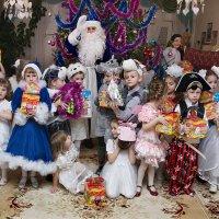 Добрый дедушка Мороз - он подарки нам принес! :: Анатолий Сидоренков