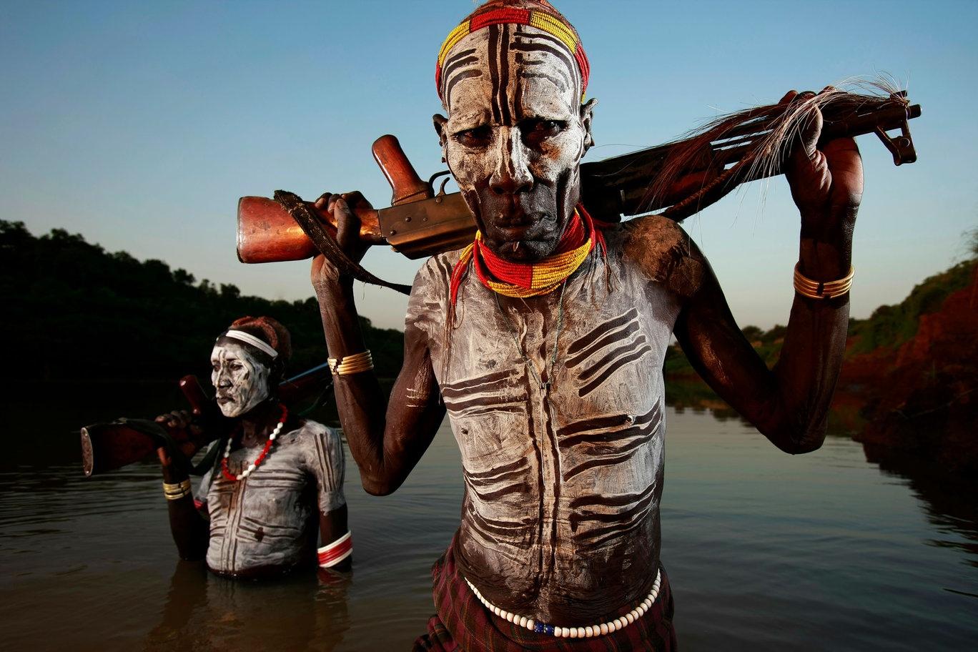 goliy-aborigen-s-kalashnikovim-foto