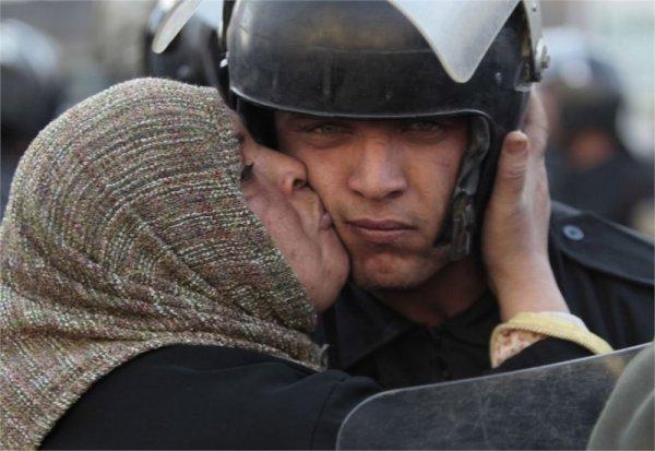 Египтянка целует полицейского, отказавшегося стрелять по протестующим  - Эмоции людей