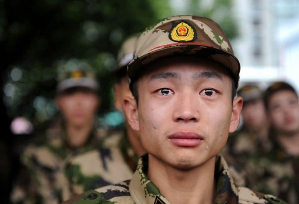 Китайский военнослужащий перед отправлением на службу - Эмоции людей