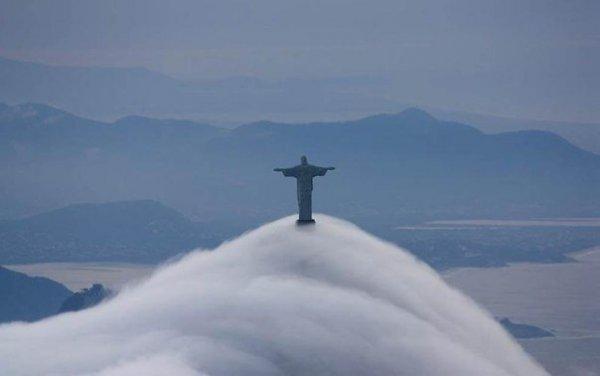 ..Статуя Иисуса Христа в Рио-де-Жанейро окутана туманом.