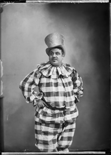 Студия Надара. Господин Гобен (в роли Соловья) в постановке «Красное яйцо», театр Фоли-Драматик. 1890