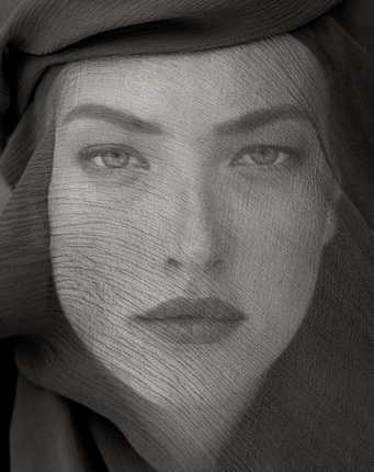 Херб Ритц. Татьяна с головой, покрытой вуалью (непроницаемый вид). Джошуа-Три, 1988. © Herb Ritts Foundation