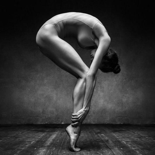 Студийное фото девушек: статическая поза в черно-белом стиле