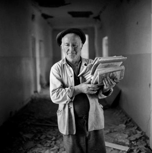 Джеймс Хилл_Мужчина спасает книги из класса в школе No1, Беслан, Северная Осетия, сентябрь 2004