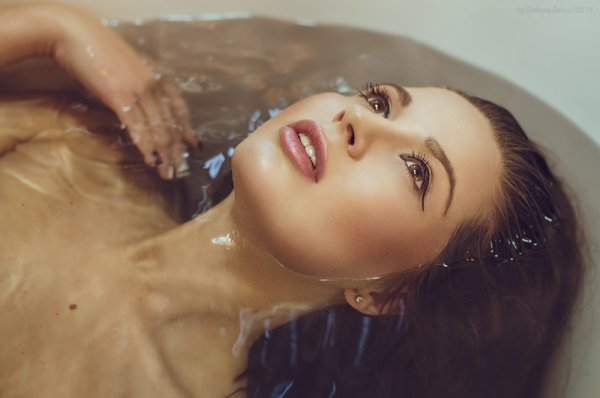 портреты красивых девушек в воде