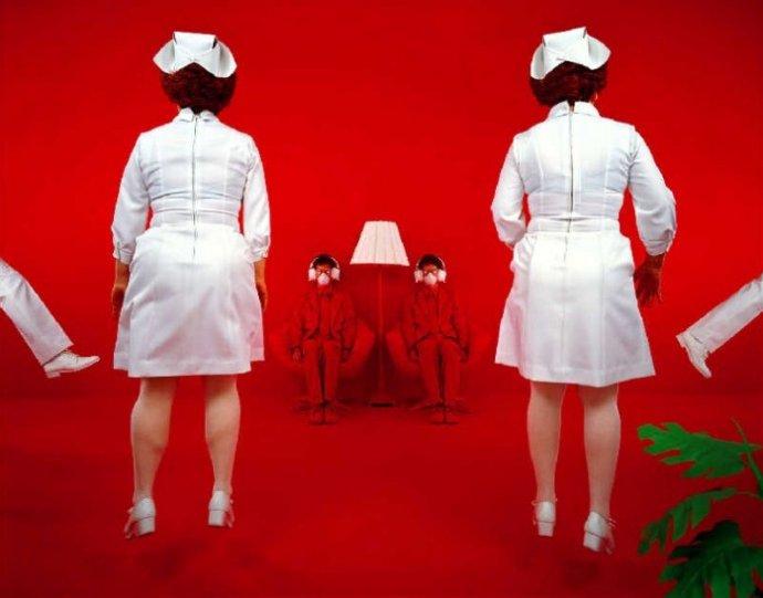 Баланс между фантазией и реальностью от фотографа Sandy Skoglund - №15
