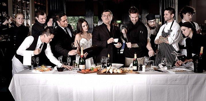 Как фотографировать групповой портрет пародируя тайную вечерю?