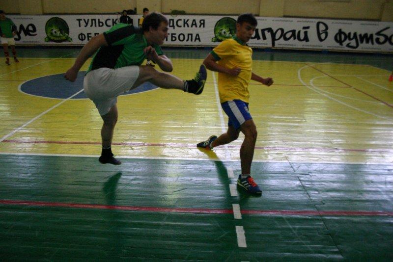 Фотография спортивного мероприятия в помещении при высоком ISO