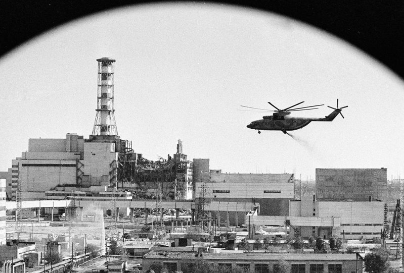 Вертолёт над Чернобыльской АЭС