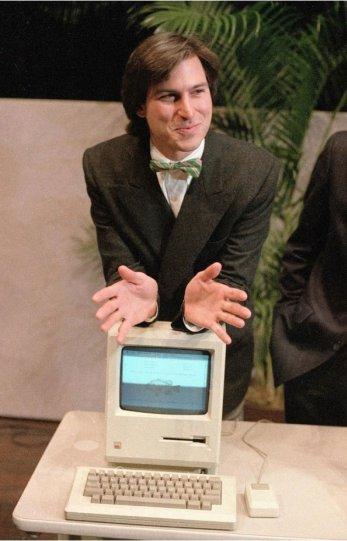 Стив Джобс на презентации первого Macintosh. 1984 г.