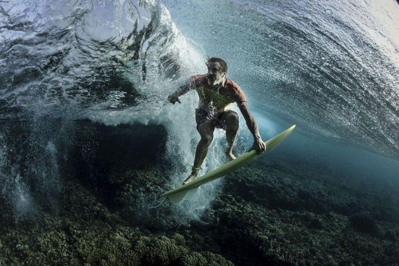 """Третье место в категории """"Люди"""": """"Под волной"""", остров Таваруа, Фиджи, автор – Родни Бёрсил"""