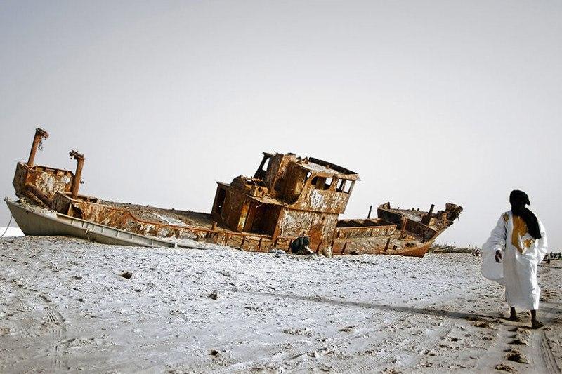 Ржавеющее судно на побережье. Нуакшотт, Мавритания