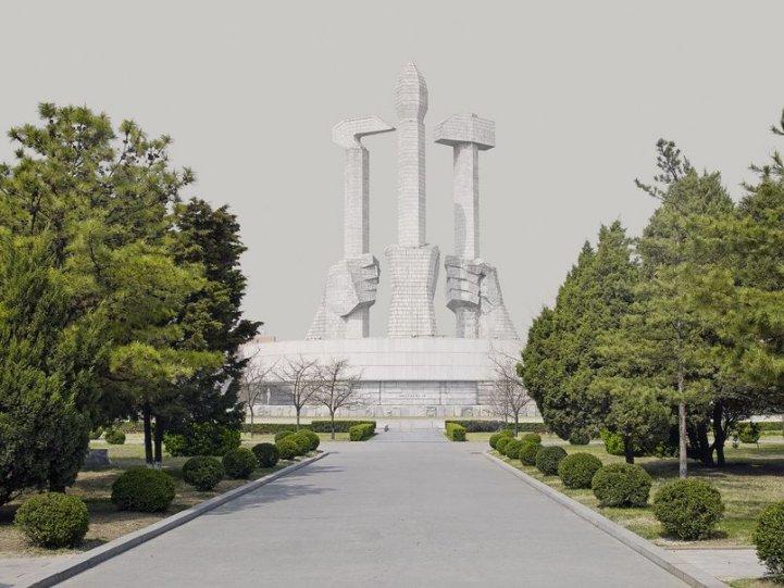 Монумент основания Трудовой партии Кореи в Пхеньяне. Автор фото: Эддо Хартманн, Нидерланды