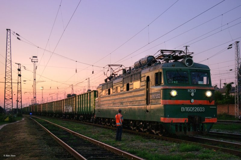 Electric locomotive VL60K-2603 with train