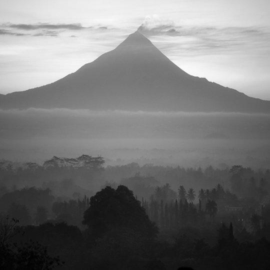 Потрясающие фотографии вулкана Бромо на острове Ява - №17