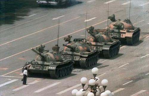 Трагические события на площади Тяньаньмэнь в Пекине 4 июня 1989. Автор: Jeff Widener