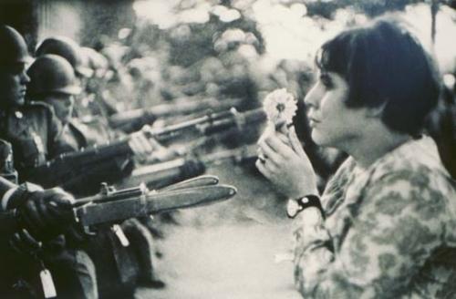 Знаменитая фотография Марка Рибо (Marc Riboud) во время антивоенной демонстрации в 1967 году.