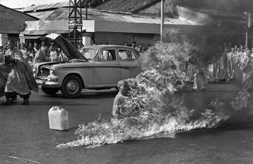 Буддийский монах Тич Кванг Дюк (Thich Quang Duc) совершил акт самосожжения, на одной из площадей Сайгона, в знак протеста против притеснений буддистов