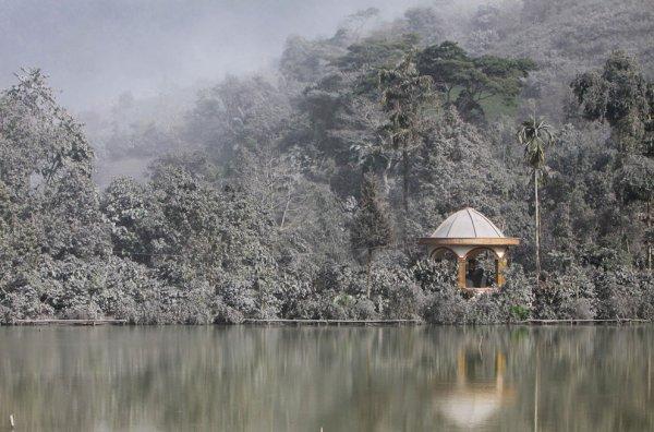 Новости в фотографиях - Мощное извержение вулкана Синабунг - №3