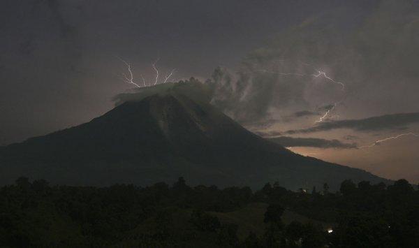 Новости в фотографиях - Мощное извержение вулкана Синабунг - №19