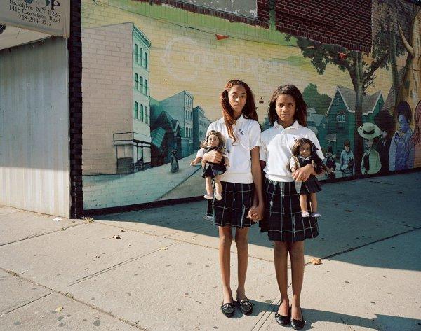 Девочки и куклы в милых детских фото - №6