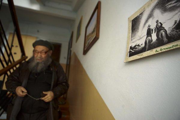 Свой подъезд Чеконов украсил оригиналами работ известных графиков Горного Алтая