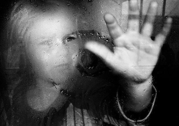 Взгляд в окно - искусство черно-белых фото - №2